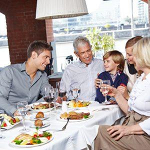 Alimentazione: La dimensione sociale dei pasti - Psicologia. -Immagine: © Robert Kneschke - Fotolia.com