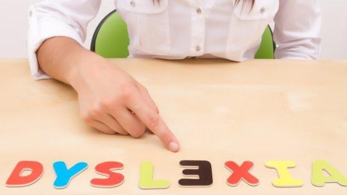 Perché accelerando la scomparsa delle parole migliorano le abilità di lettura nei bambini con dislessia? Il ruolo dell'attenzione spaziale