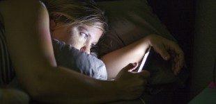 Solo un'occhiata allo smartphone prima di andare a letto e il rischio insonnia aumenta