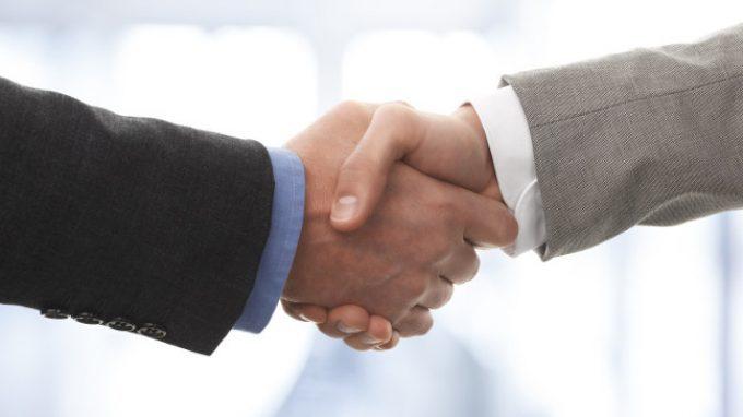 Il saluto con la stretta di mano: che significato ha?