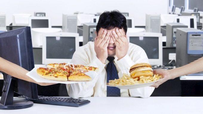Pizza, cioccolato e patatine fritte: i cibi altamente trattati che creano dipendenza