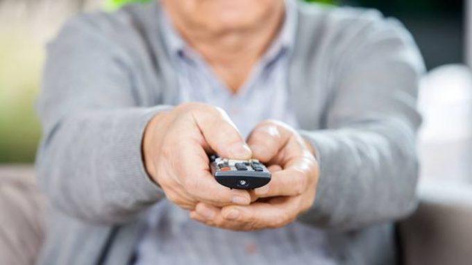 Terza età: sedentarietà e Tv sempre accesa