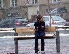 La reazione delle persone alla vista di un bambino solo e tremante per il freddo – VIDEO -