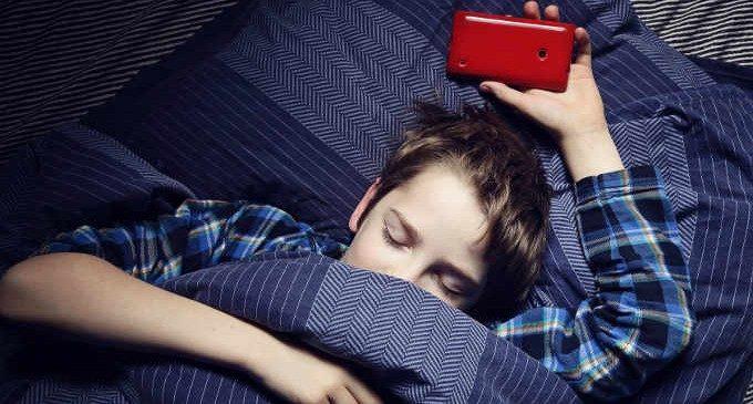 """Stare al telefono dopo la """"buonanotte"""" peggiora il rendimento scolastico"""