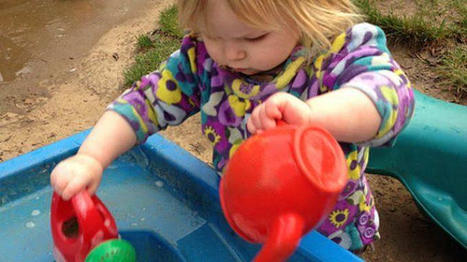 La comprensione della fisica nei bambini: non parlano, non camminano, ma i lattanti conoscono già la fisica dei liquidi