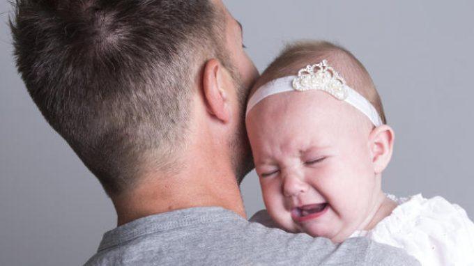 Testosterone e paternità: come l'ormone influenza l'accudimento genitoriale