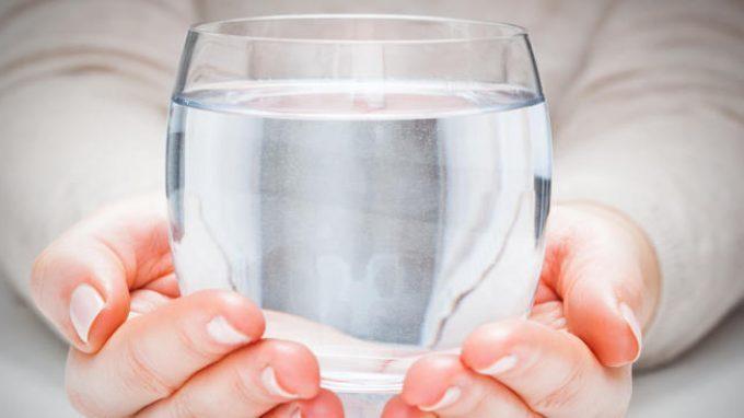 Una metafora dei nostri tempi: il peso del bicchiere d'acqua