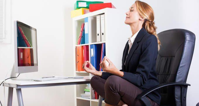Lo yoga sta dilagando sul posto di lavoro: 1 lavoratore su 7 lo pratica