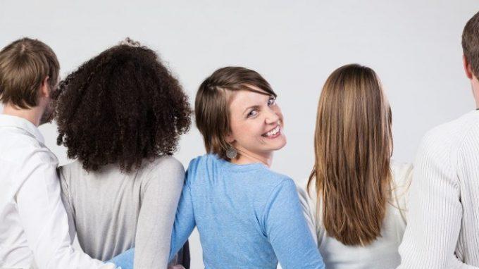 Sorridere induce il rilascio di ormoni del buon umore e promuove le relazioni sociali
