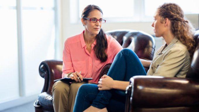 La relazione terapeutica e il ruolo del terapeuta in psicoterapia psicodinamica e in psicoterapia cognitivo comportamentale