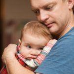 Depressione perinatale paterna: sintomatologia, fattori di rischio e trattamento