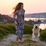 Passeggiare all'aria aperta con il proprio cane rende felici