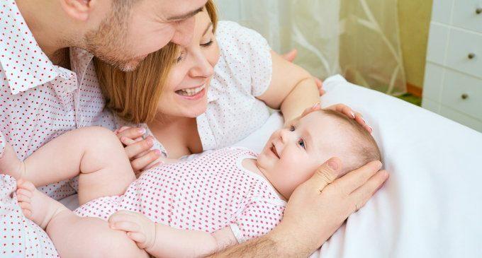 Il contatto fisico tra neonato e caregiver può lasciare tracce sui geni dei propri figli – Il primo studio condotto sugli esseri umani