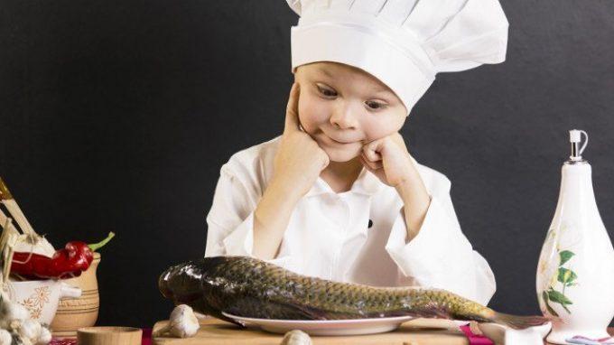 Mangiare pesce migliora il sonno dei bambini e aumenta la loro intelligenza
