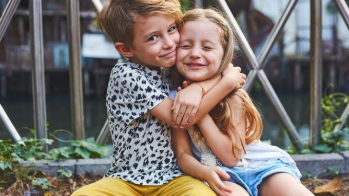 I fratelli aiutano a sviluppare l'empatia in infanzia