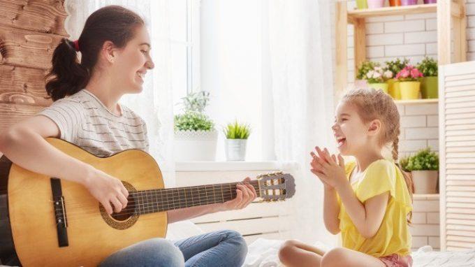 Ascoltare la musica insieme migliora la relazione futura con i propri figli