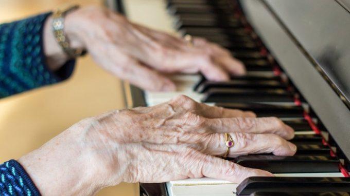 Come può la musica aiutare i pazienti affetti da Alzheimer o da altre forme di demenza?