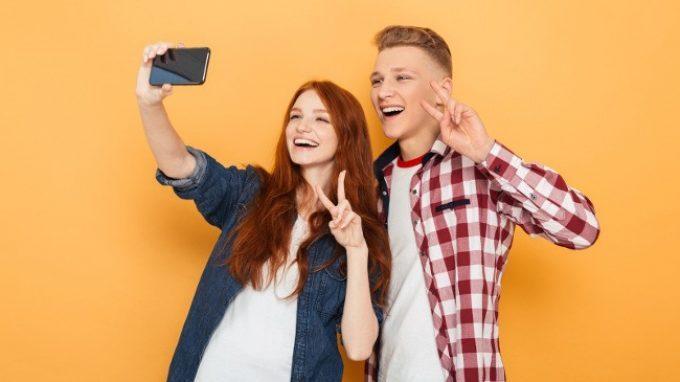 Un selfie al giorno toglie lo psicologo di torno: gli effetti positivi della condivisione di foto sui social network