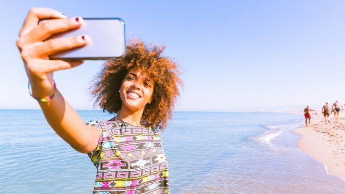 Crescere offline e online: adolescenza, sviluppo del sé e identità virtuale nel mondo di oggi