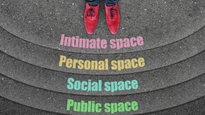 Il tono delle interazioni sociali influenza il nostro spazio interpersonale