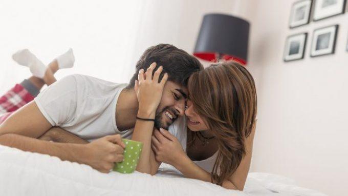 Sesso e felicità: è il sesso a renderci più felici? O sono le persone felici a fare più sesso?