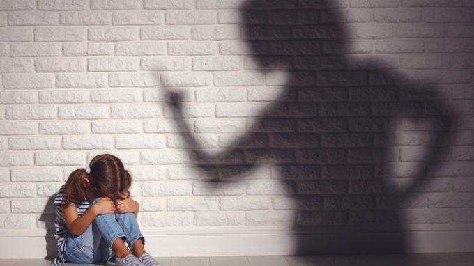 Trauma infantile nei genitori: aumenta il rischio di problemi comportamentali nei figli