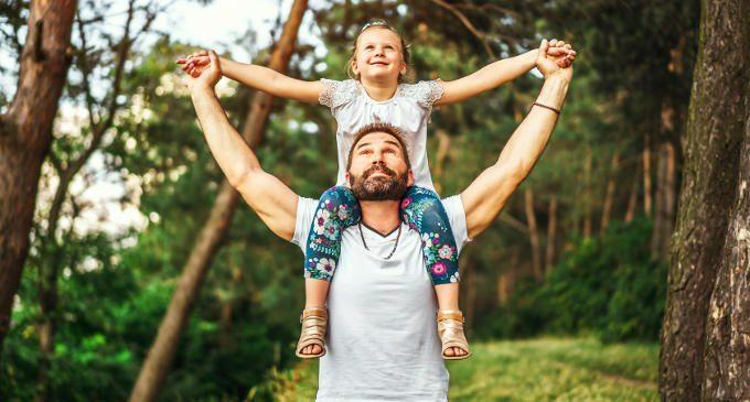 Sentimenti di solitudine nelle bambine: un nuovo studio evidenzia il ruolo chiave della figura paterna