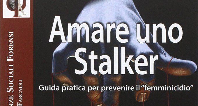 Amare uno stalker (2015): vittime e stalker manipolatori, prede e predatori – Recensione del libro