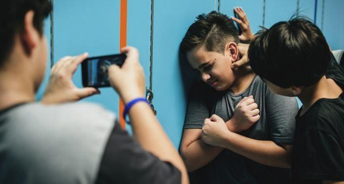 La violenza: un trofeo da esibire su telefonini e social network?