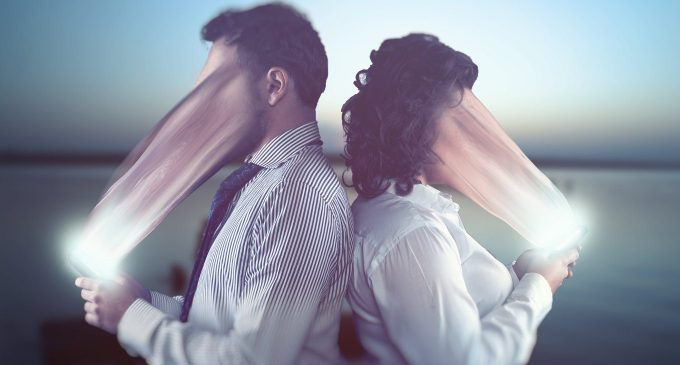 Condivisione o isolamento? Il fenomeno del phubbing – Psicologia Digitale