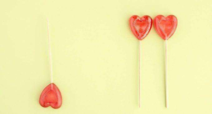Perché ci si innamora di persone già impegnate? Una spiegazione secondo Sigmund Freud
