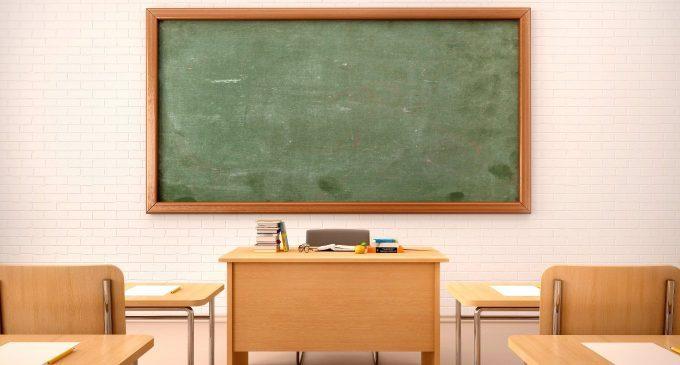 Un'insegnante viene umiliata in classe dagli studenti perché mentalmente sofferente
