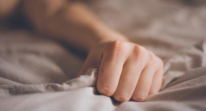 Fingere l'orgasmo: un nuovo studio indaga le motivazioni che spingono le donne a fingere (o a smettere di farlo)