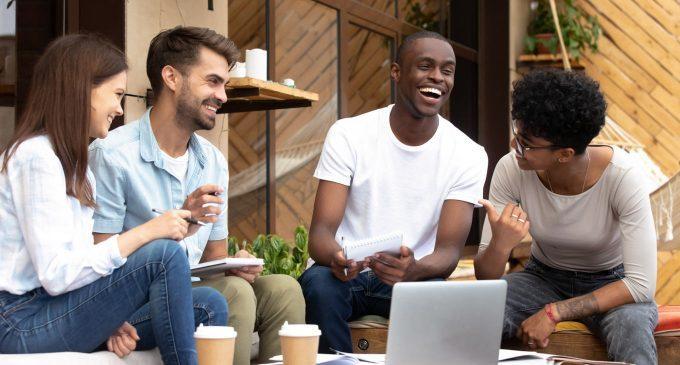 Buone relazioni con amici e partner possono influenzare positivamente l'autostima di individui timidi