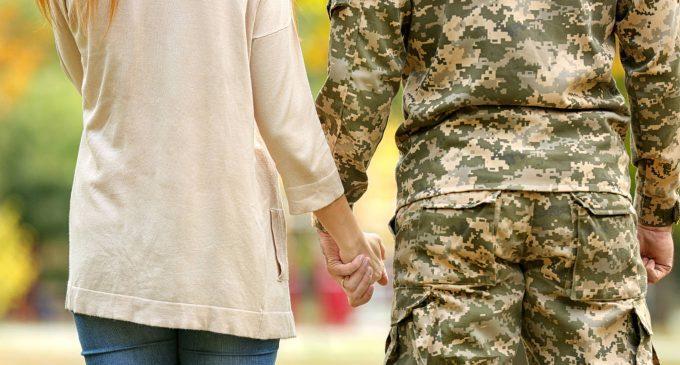 Le partner dei militari sarebbero più soggette a sviluppare depressione e binge drinking