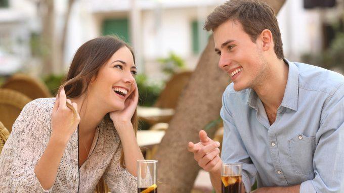 Primi appuntamenti e bugie bianche: la volontà di apparire attraenti contro il desiderio di onestà