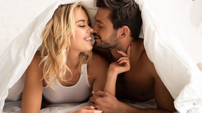 Due cuori che battono all'unisono: il ruolo della soddisfazione sessuale nel mediare la sincronizzazione fisiologica nella coppia