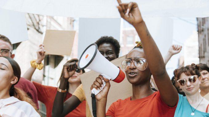 Attivismo politico: un possibile fattore di protezione per la salute mentale di studenti universitari afroamericani e latinoamericani?