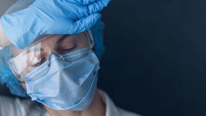 Eroi dietro le mascherine: i medici volontari nei reparti Covid, tra paure e coraggio – Intervista al Dott. Enrico Russolillo