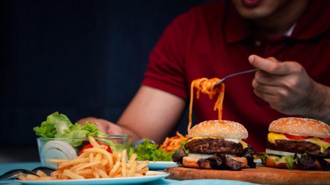 Le abbuffate nei disturbi alimentari maschili
