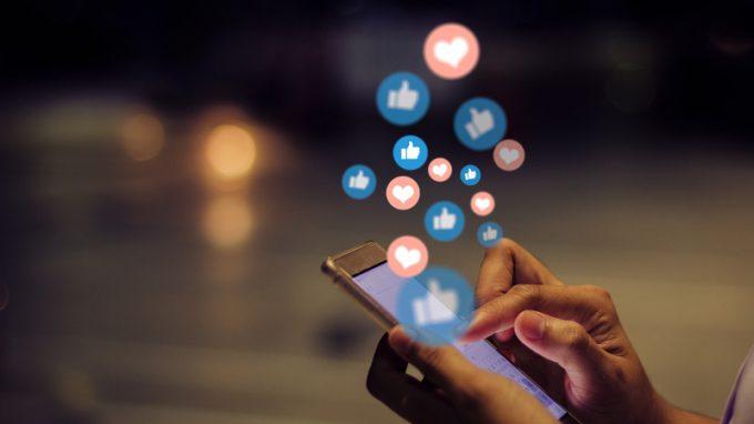 Gli effetti dei social media: come influiscono sulla suicidalità e come sul benessere?