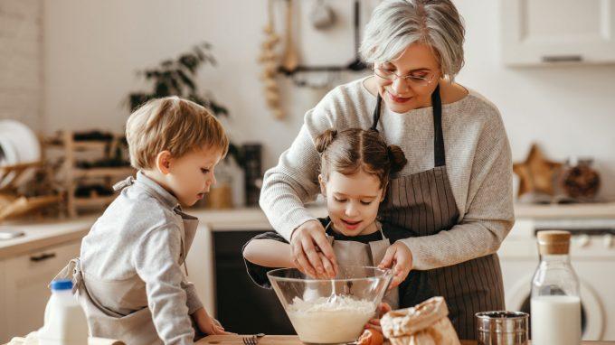 Nonni e fili invisibili – Moms, una rubrica su maternità e genitorialità