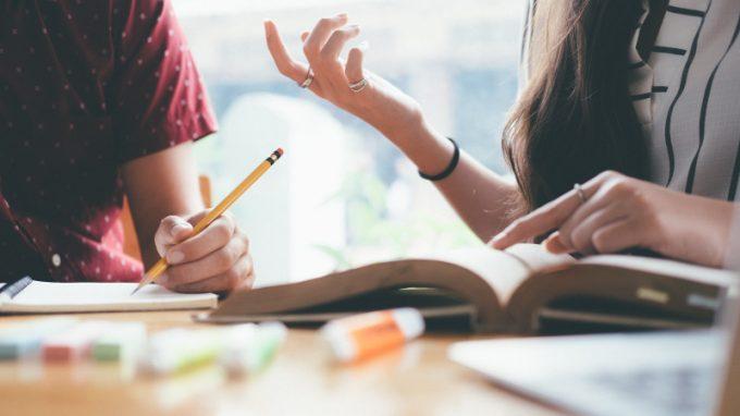Sostenere l'apprendimento: aiuto compiti, tutoring o potenziamento?