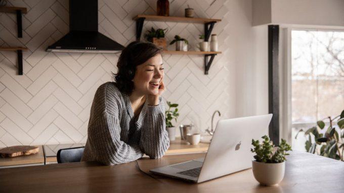 Perché durante le video call guardiamo più noi stessi che gli altri – Psicologia Digitale