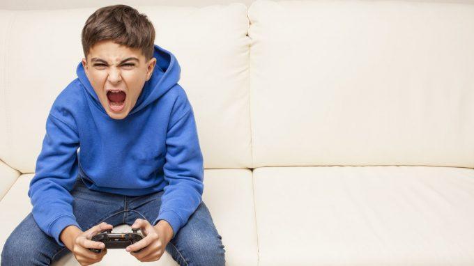 Giocare a videogiochi violenti può influenzare la tolleranza al dolore e ridurre la paura verso la morte?