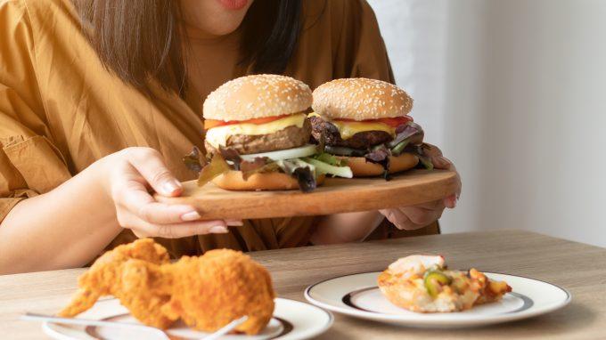Binge drinking e binge eating: esiste una relazione tra assunzione eccessiva di alcol e di cibo?